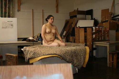 натурщица голая позирует художнику понимаю
